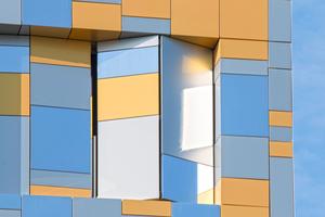 """19. Pariser Arrondissement: Die in unterschiedlichen Formaten zugeschnittenen Aluminiumverbundplatten erzeugen einen """"pixeligen"""" Effekt"""