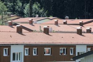 Dachlandschaften mit traditionellen roten Ziegeln und Holzverschalung im Obergeschoss<br />