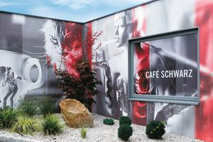 Gestaltung einer Außenwand mit einem bedruckten, netzartigen Bildträger
