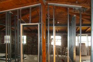 Auch mit Beginn der Wandstellung in Leichtbauweise ist der alte Dachboden noch gut zu erkennen. Gemäß den geltenden Brandschutzbestimmungen werden die Stahlträger verkleidet, auch die Dämmung entspricht den aktuellen Vorgaben