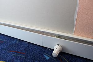 Die Sockelheizleisten verlaufen jeweils entlang derAußenwand-Innenflächen. Heizkörper-Thermostatventile übernehmen die Durchflussregulierung