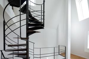 Die unregelmäßige Fensteranordnung sorgt in den Maisonette-Wohnungen der Aufstockung für überraschende Raumeindrücke