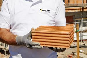 Moderne Ziegelbausteine sind nicht mehr massiv, sondern aufgrund von Stegen und Luftkammern hoch wärmedämmend und leicht. Um Risse zu vermeiden, sollten darauf nur maßgeschneiderte Unterputze eingesetzt werden, die über eine hohe Elastizität verfügen