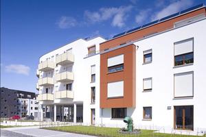 Die energetische Versorgung auf einen Blick: auf dem Dach Solarthermie und Photovoltaik, unter dem aufgeständerten Geschoss zwei Luft-/Wasser-Wärmepumpen