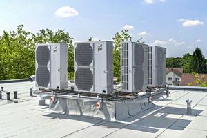 Bis zu einer Außentemperatur von -18°C kann mit der Wärmepumpe ohne Zuschalten der Elektro-Zusatzheizung geheizt werden. Hierfür wurden die vier Außenmodule auf dem Flachdach installiert