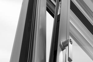 Der mechatronische und verdeckt liegende Fenster-Beschlag TipTronic verriegelt mit den modularen Sicherheitsverriegelungen an mehreren Stellen und erreicht dadurch Einbruchschutz bis RC 2