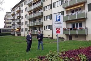 Mehrfamilienhaus mit 30 Wohnungen. Unter der Grünfläche ist ein 45 m³ fassender Pelletspeicher installiert