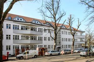 """Straßenseitiger Blick auf das """"Haus Salzbrunn"""" mit neuem Dach. Gut erkennbar ist, dass die Traufe der Form der unterschiedlichen Balkone folgt"""