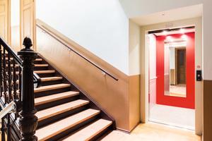 Die rote Rückwand ist Kennzeichen des Aufzugs im Haus an der Wurzner Straße 38