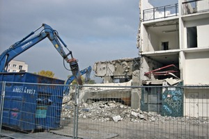 Abriss eines Plattenbaus in Halle-Neustadt