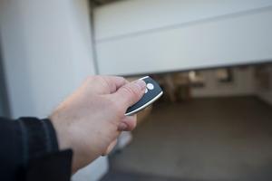 Verfügen Handsender über freie Funkkanäle, können gleichzeitig die Außenbeleuchtung und, wenn vorhanden, auch das Tor zum Grundstück angesteuert werden