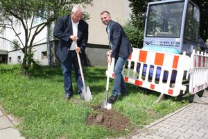 Michael Oecknigk (links), Bürgermeister der Brandenburger Kreisstadt Herzberg, gibt zusammen mit Thomas Hoffmann, Operativer Leiter der Cable4 GmbH, den Bau eines Glasfasernetzes für 1700 Wohnungen frei