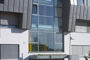 Die skulptural ausgeformte Nordfassade der Wohnanlage Sonnenfeld ist vertikal durch zwei großflächig verglaste Treppenräume unterbrochen