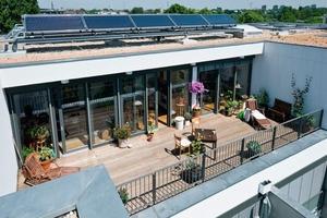 Zur Unterstützung der Warmwasserbereitung wurde eine 40 m<sup>2</sup> große Solaranlage auf dem Dach installiert<br />
