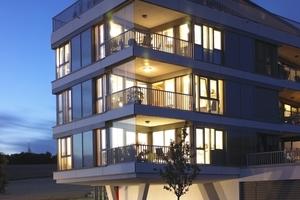 Südwest-Ansicht der Wohnanlage: Der hohe Glasanteil wurde aus energetischer Sicht durch den Einsatz hoch wärmegedämmter Profile und durchgängiger Dreifach-Isolierverglasungen unterstützt
