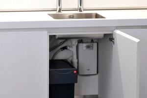 Der Durchlauferhitzer versorgt die Küchenspüle jederzeit mit heißem Wasser<br />