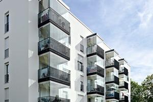 Die Balkone sind mit zehn, elf oder zwölf Ganzglas-Elementen auf allen drei Seiten verglast