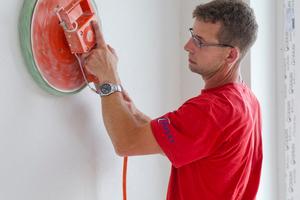 Das Rotkalk-System wird nach dem maschinellen Auftragen zunächst geglättet und abschließend gefilzt